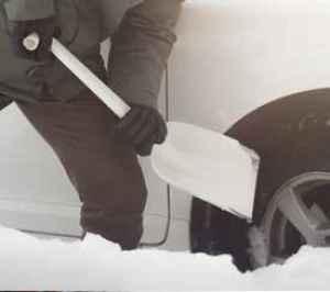 Lopatka na sníh Fiskars - dárek k předplatnému časopisu Auto Motor a Sport